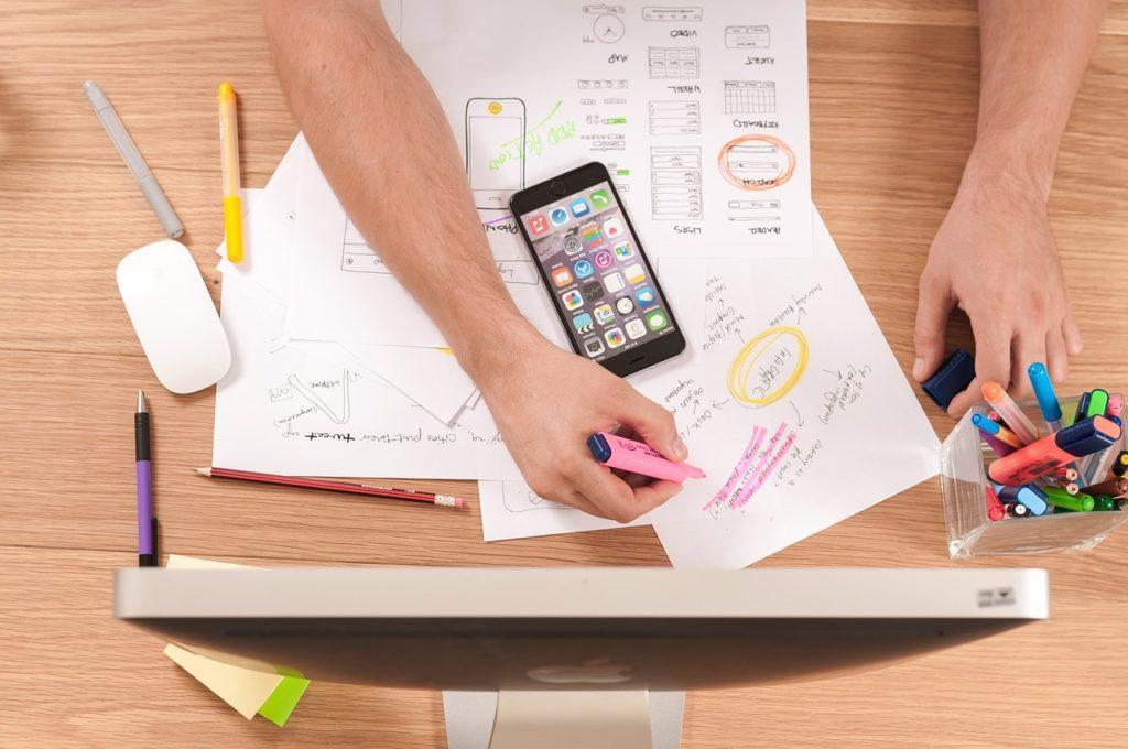 Slik lager du et eventprogram: ansett en designer eller lag ditt eget med en mal.