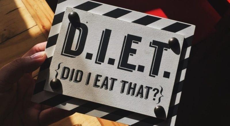 Et kostholdskilt holdt av noen som vet viktigheten av diettkrav